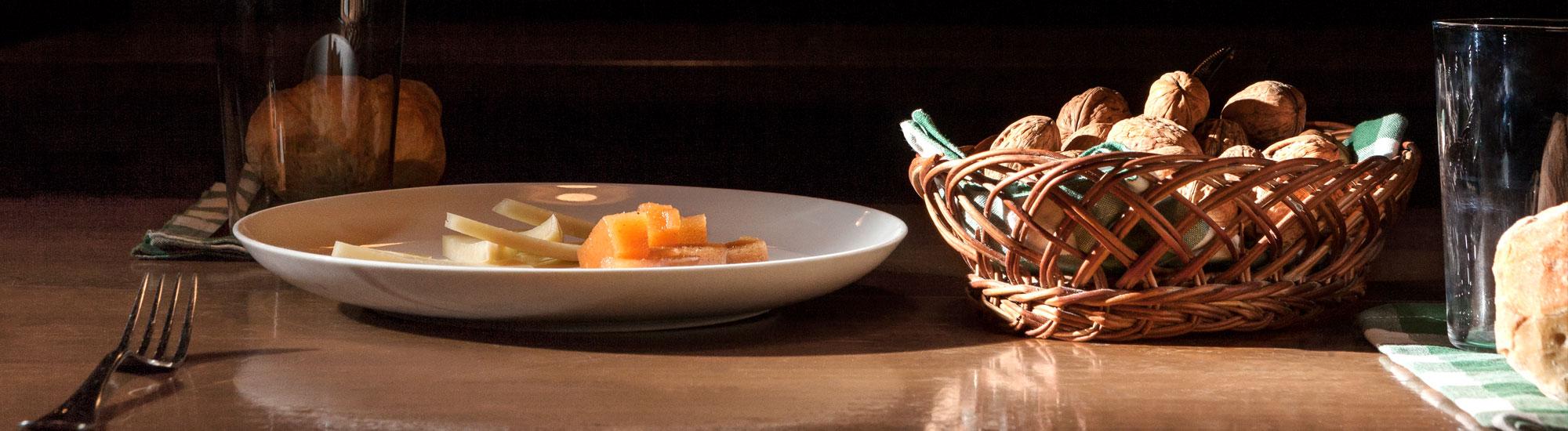 Mesa preparada con queso y nueces